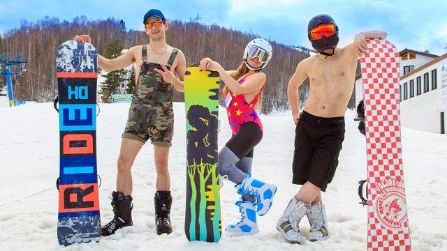 Сноубордисты отмечают 1 апреля на горнолыжном курорте в купальных костюмах