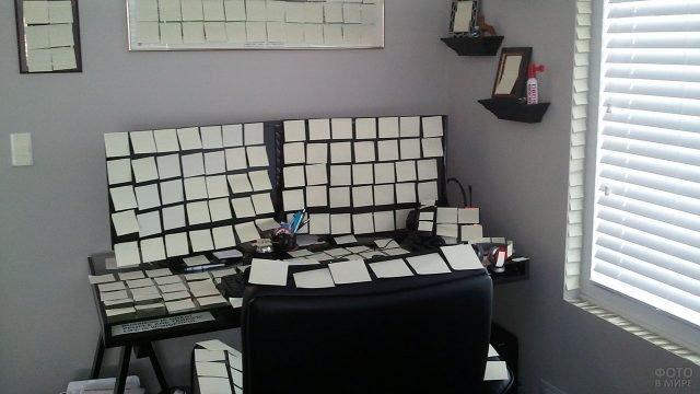 Залепленное стикерами рабочее место коллеги 1 апреля