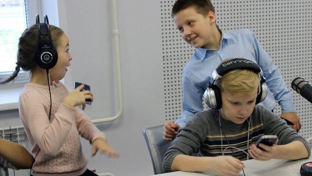 Дети во время экскурсии на радиостанции в День Радио