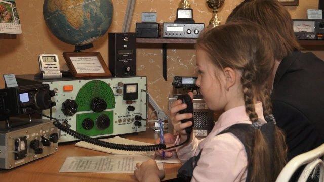 Девочка разговаривает по стационарной радиостанции