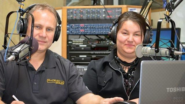Ди-джеи русскоязычной радиостанции в США в День Радио