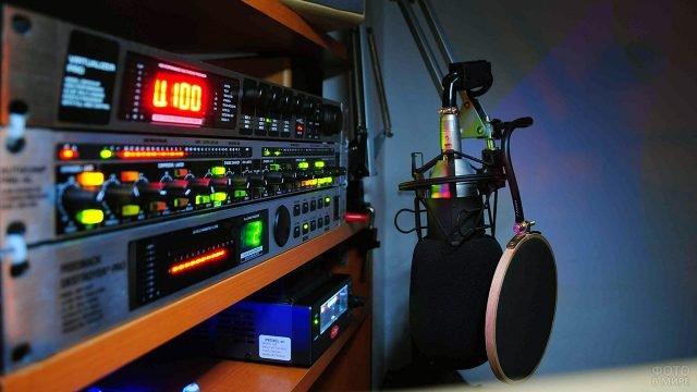 Готовое к праздничному эфиру оборудование на радиоточке