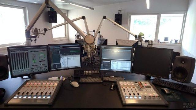 Оборудование в студии новостной радиостанции