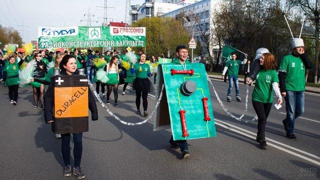 Праздничная колонна студентов на параде в День Радио в Томске