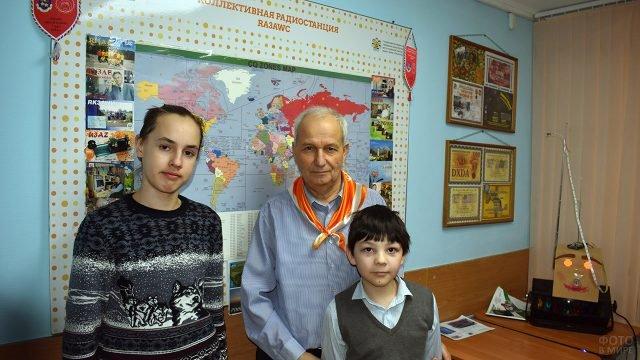 Преподаватель московского кружка Радиолюбитель с учениками в День Радио