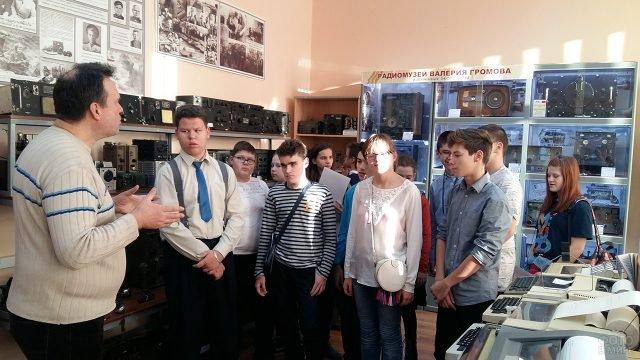 Школьники с экскурсоводом в радиомузее имени Громова в Подмосковье