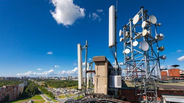 Станции космической связи на фоне панорамы Новосибирска