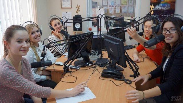 Студентки пермского ВУЗа ведут эфир в День Радио