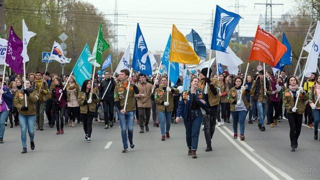 Студенты с флагами факультетов на параде в День Радио в Томске