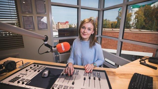 Ведущая радиоэфира за пультом