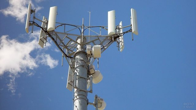 Верхушка современной башни базовой станции мобильной связи