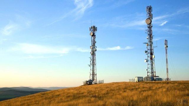Вышки мобильной связи в степи на фоне предгорья