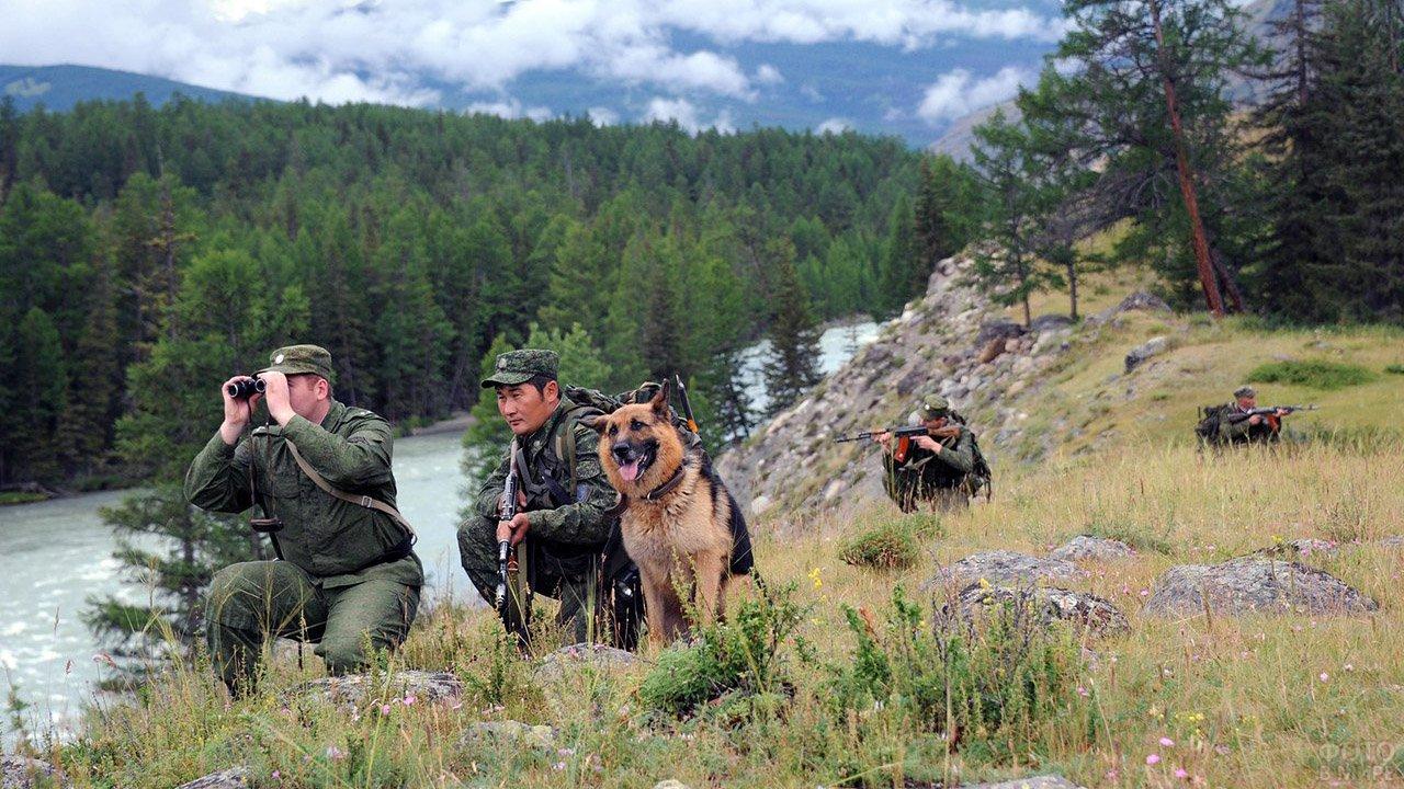 Группа пограничников с собакой на фоне забайкальского пейзажа