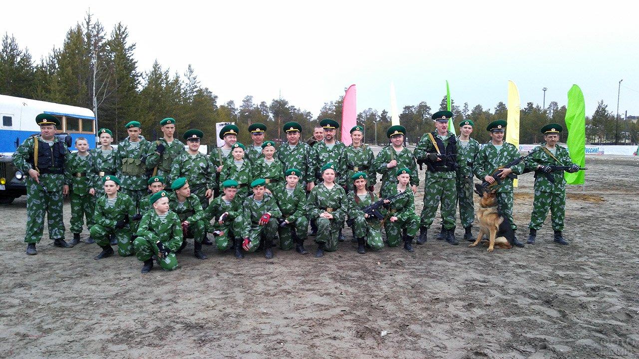 Кадеты и офицеры в День пограничника на полигоне в Ямало-Ненецком автономном округе