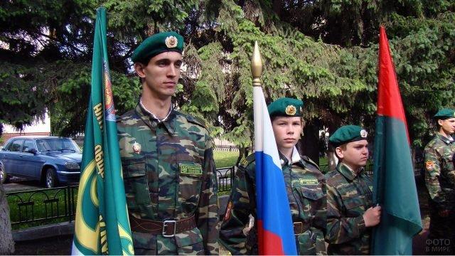 Курсанты с флагами на построении в День пограничника