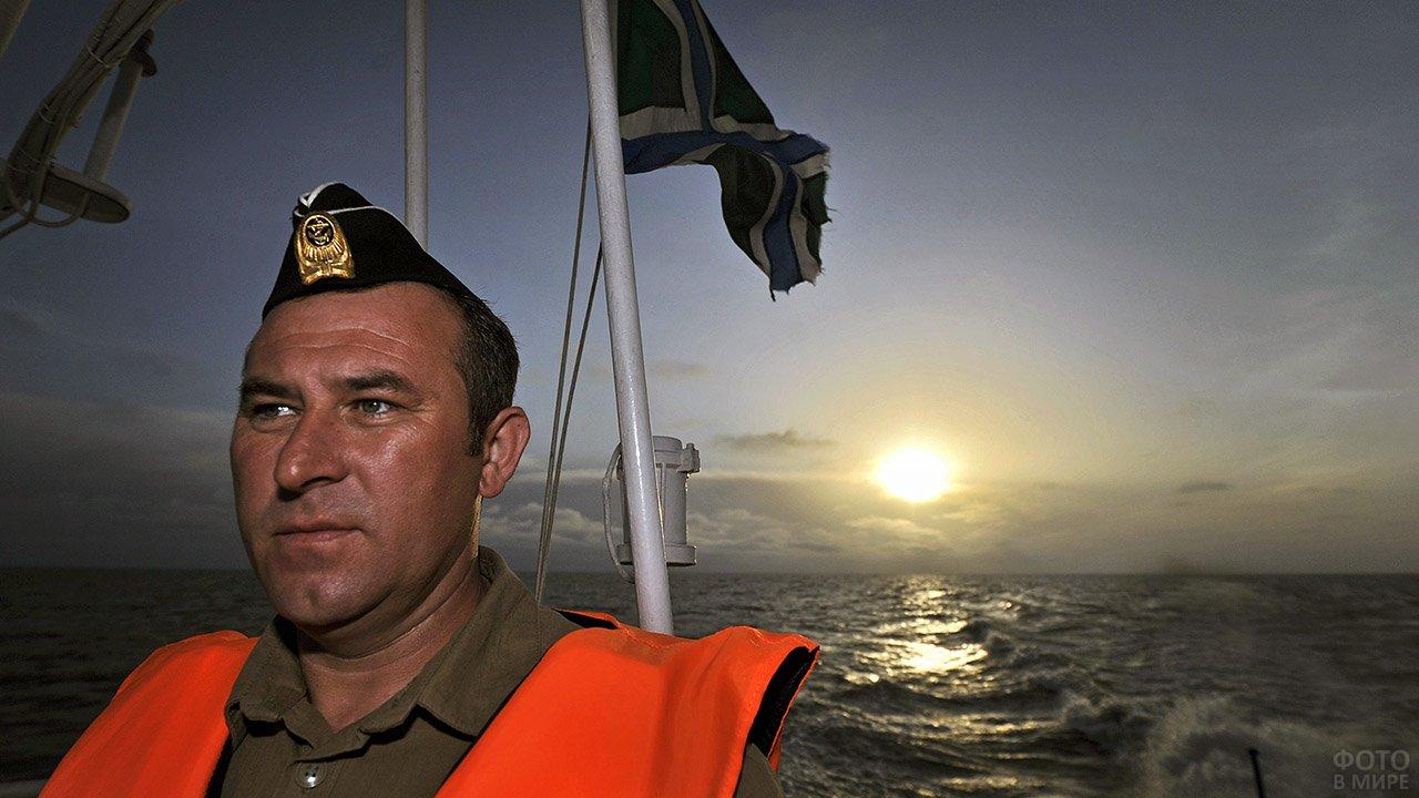 Моряк-пограничник во время рейда по борьбе с браконьерством осетровых в Каспийском море