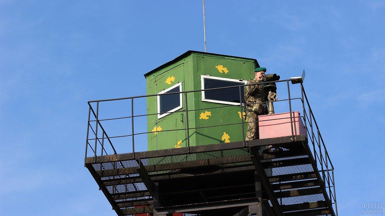 Наблюдательная вышка с пограничником на заставе