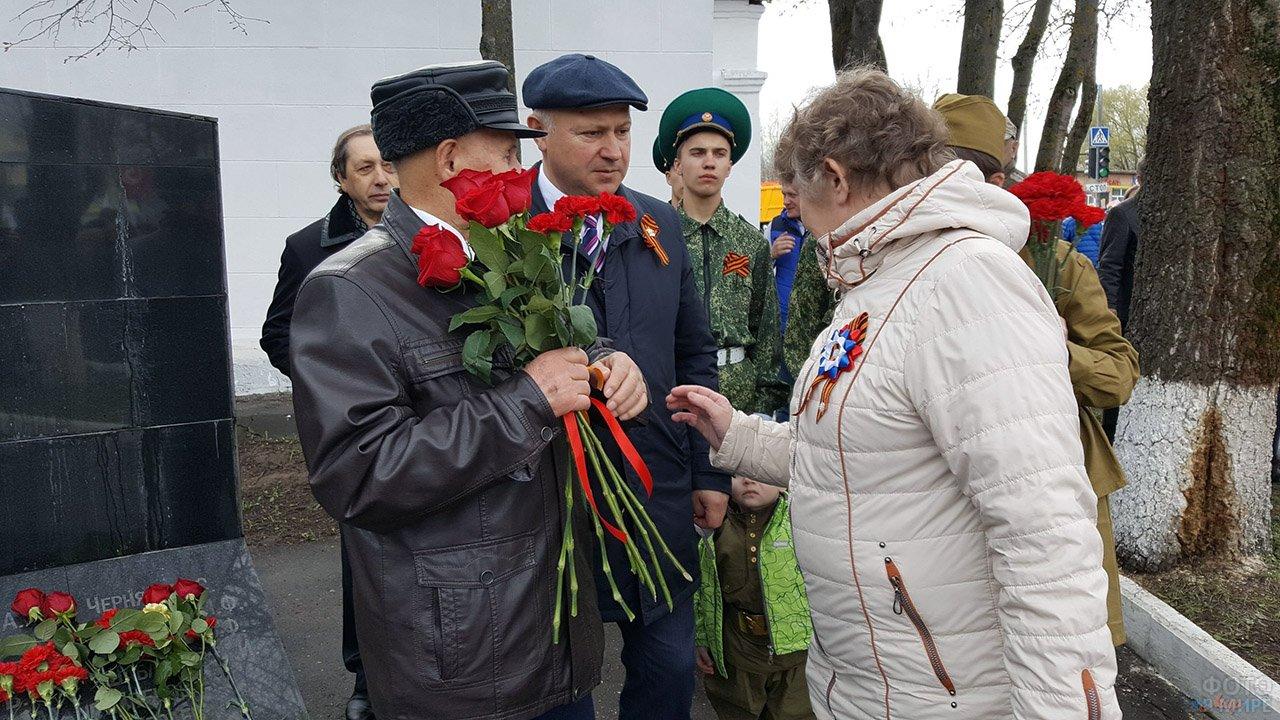 Отряд пограничников и ветераны с цветами на мемориале Славы воинам ВОВ
