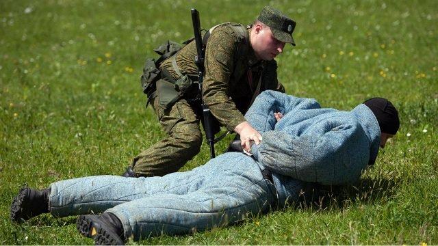 Пограничник отрабатывает приём задержания нарушителя границы