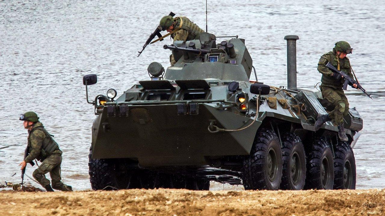 Показательное выступление пограничников во время международного военно-технического форума