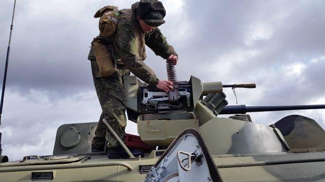 Солдат погранвойск на учених в Абхазии