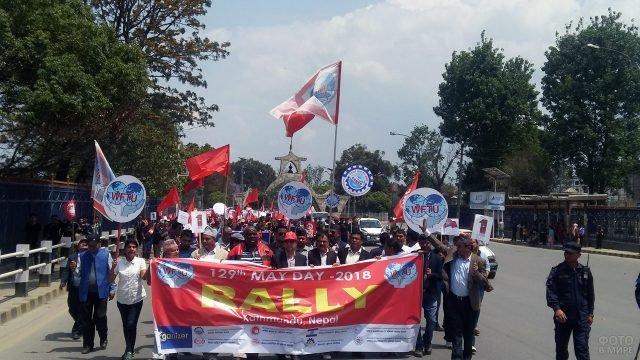 Демонстранты с флагами и лозунгами на Мэй Дэй в Непале