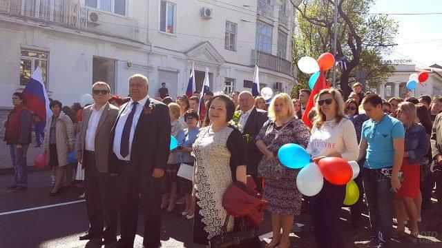 Демонстранты в солнечный Первомай в Севастополе