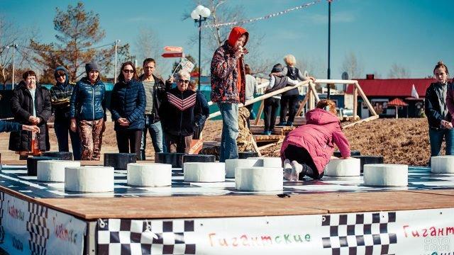 Дети играют в гигантские шашки в парке 1 мая