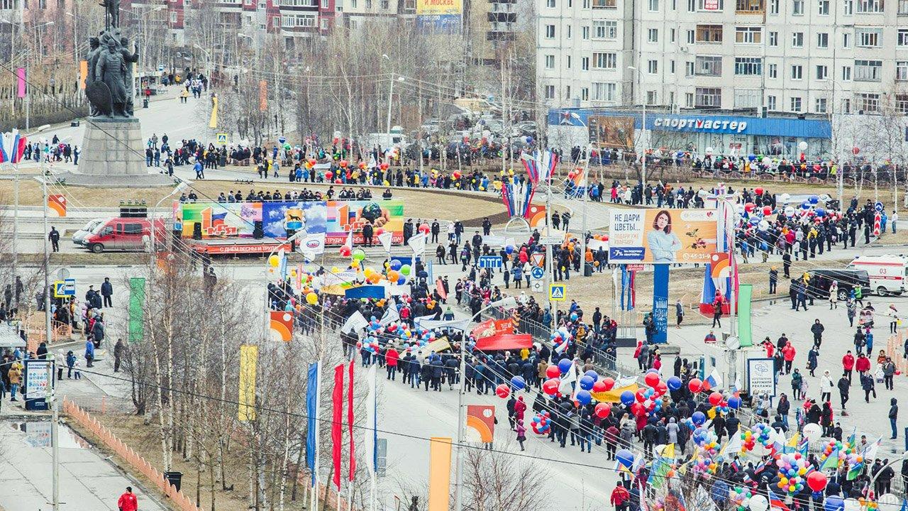 Яркие колонны демонстрантов с шариками и флагами 1 мая в Сургуте