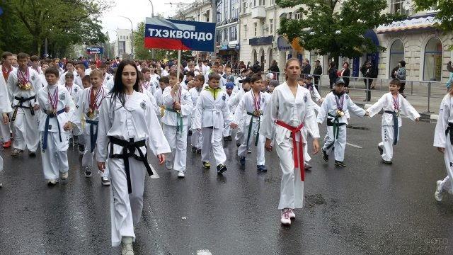Юные спортсмены на первомайской демонстрации в Новороссийске