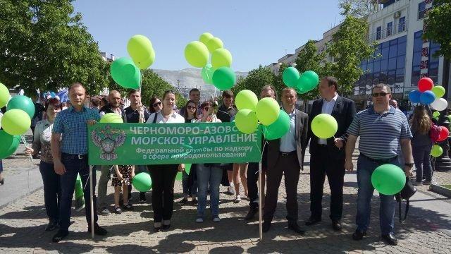 Колонна демонстрантов 1 мая в Новороссийске