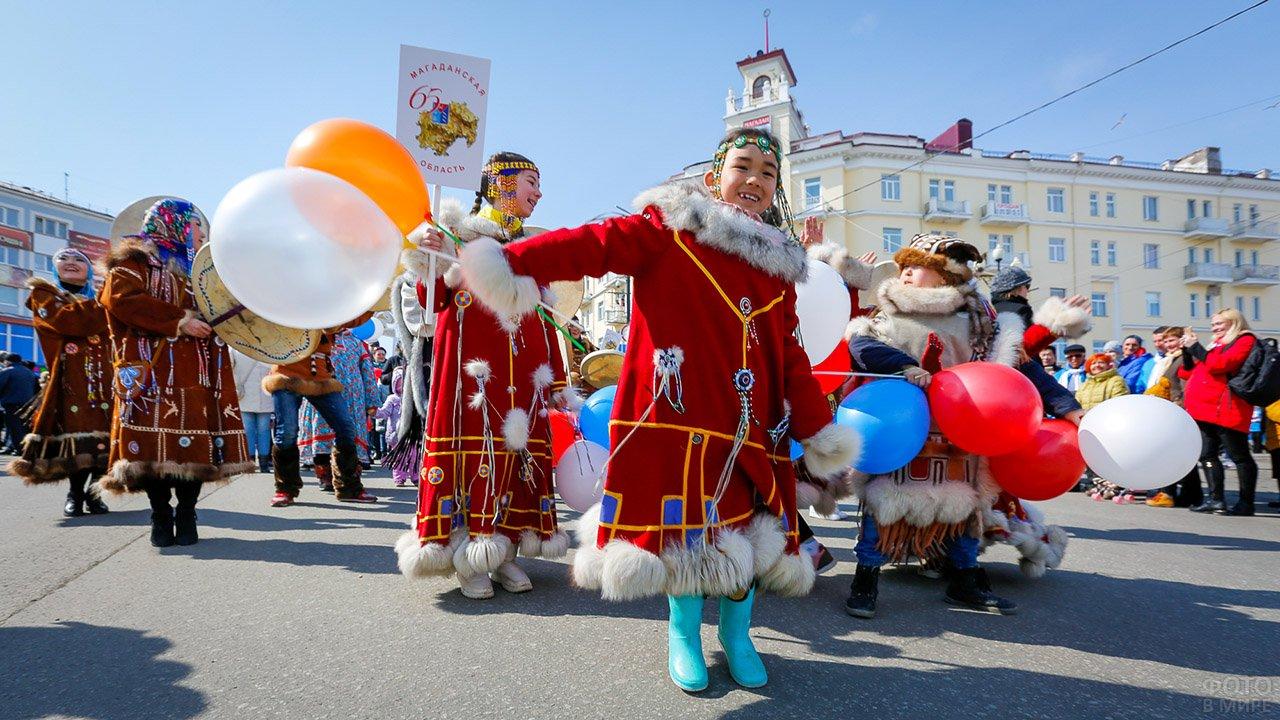Колонна в национальных костюмах народов севера 1 мая в Магадане