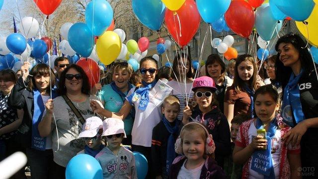 Люди с шарами на 1 мая в Оренбурге