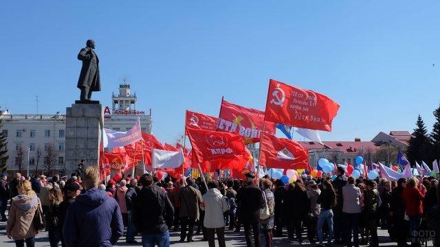 Митинг на первое мая у памятника Ленину