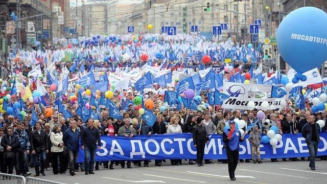 Многолюдное первомайское шествие на московской улице