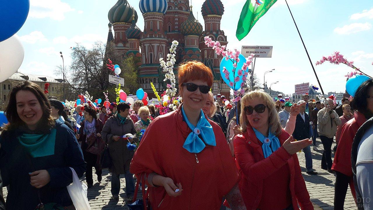 Праздничная первомайская колонна профсоюзов на фоне храма Василия Блаженного