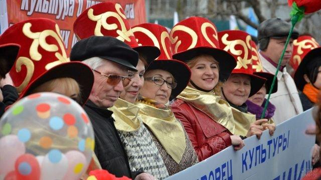 Представители культуры в бутафорских шапках на первомайской демонстрации