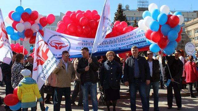 Воздушные шары, флаги и транспоранты в День солидарности трудящихся - 1 мая