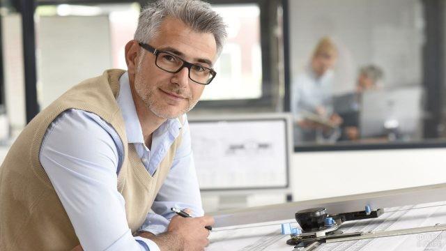 Архитектор в очках улыбается