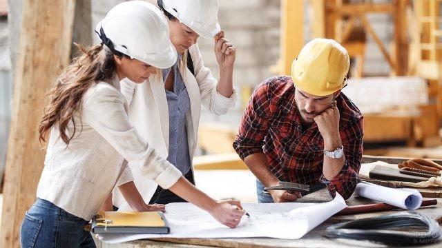 Коллеги-архитекторы работают над чертежом