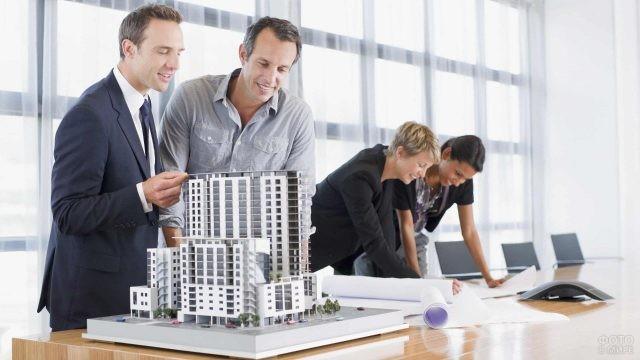 Команда архитекторов обсуждает макет проекта