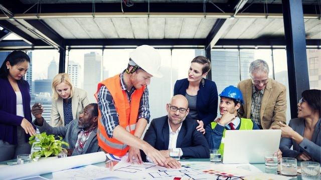 Команда архитекторов работает совместно