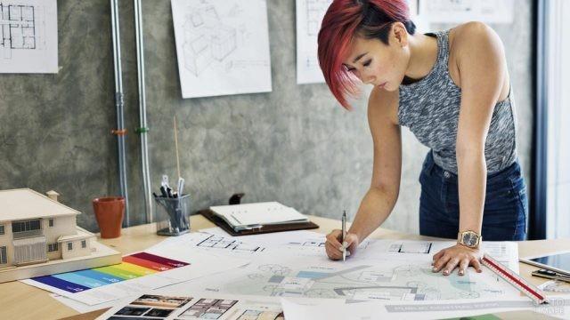 Красивая девушка архитектор за работой