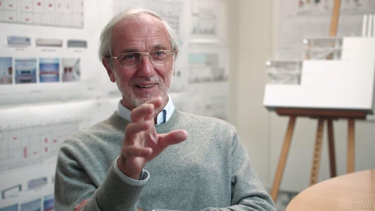 Опытный специалист объясняет суть проекта