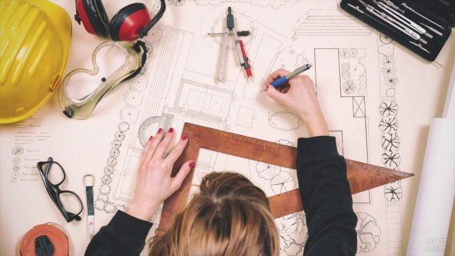 Женщина архитектор выполняет чертёж
