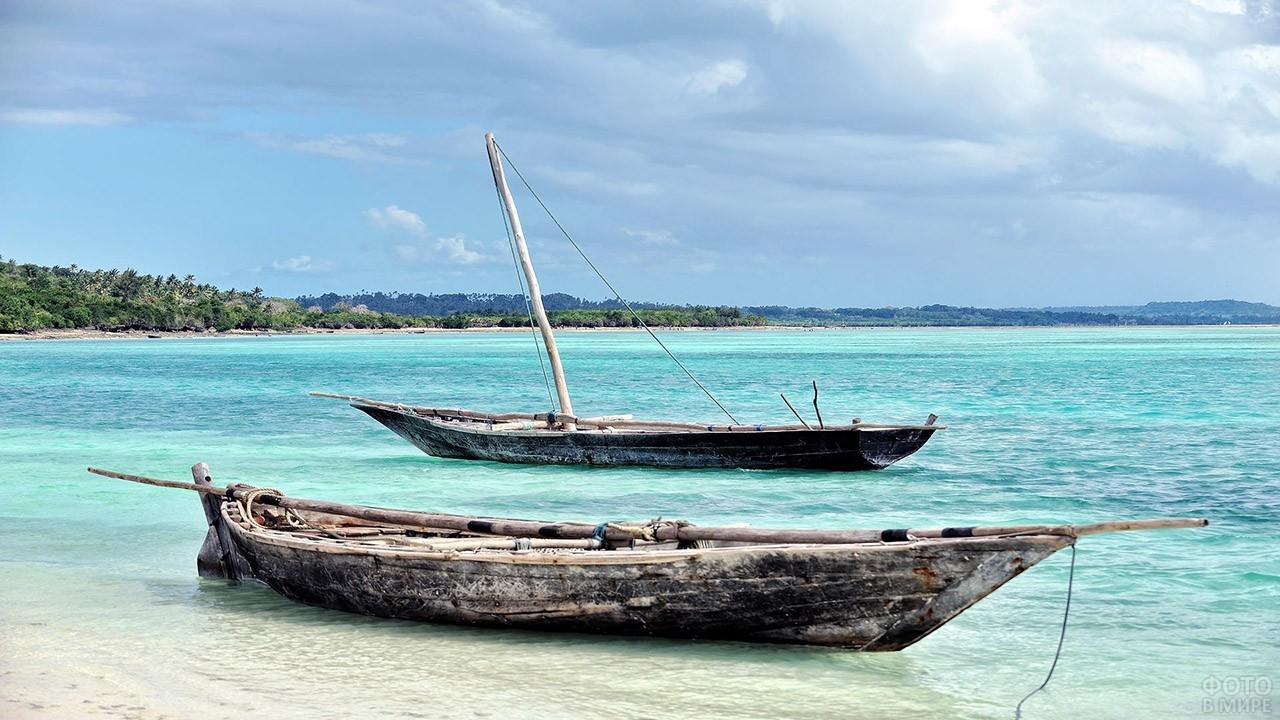 Аутентичные рыбацкие лодки на пляже Занзибара