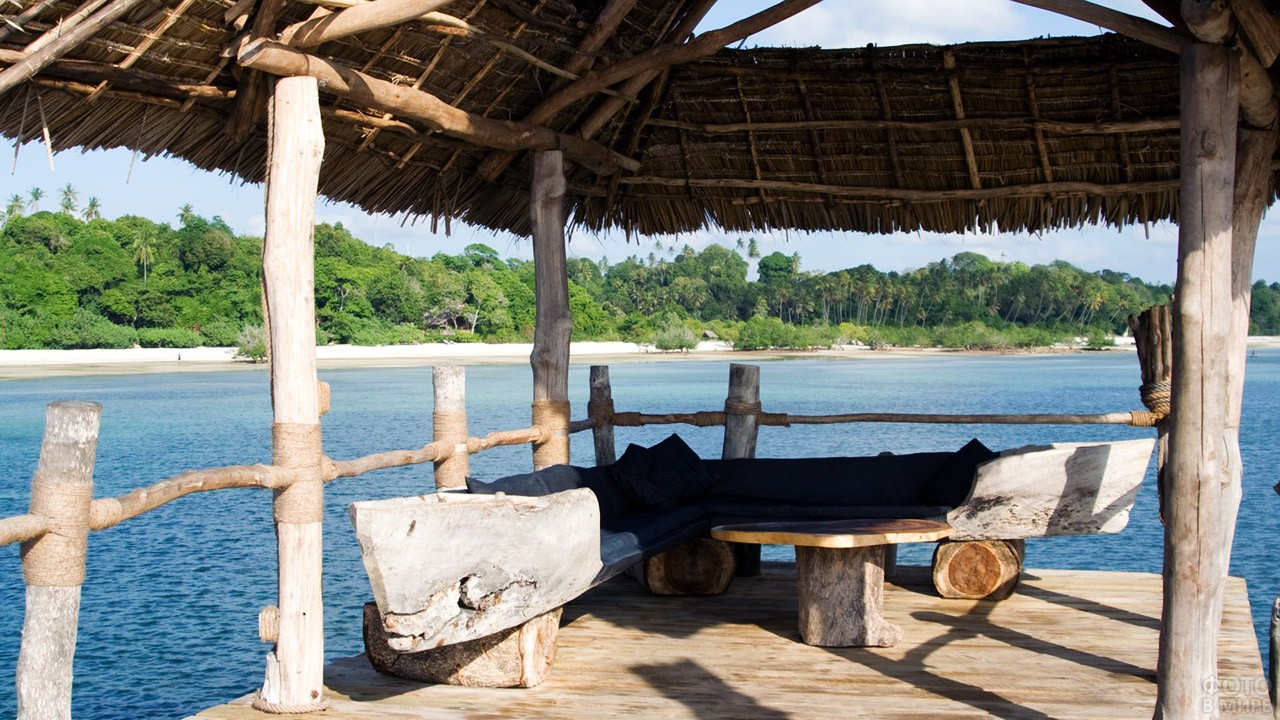Беседка у побережья острова Пемба архипелага Занзибар