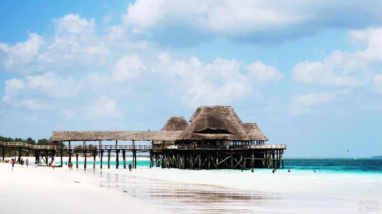 Хижина-бар на пляже Нунгви в Занзибаре