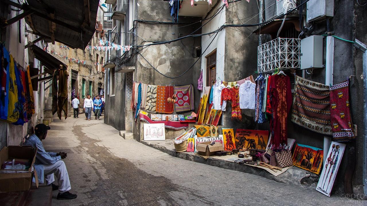 Экзотический рынок на улочке Каменного города