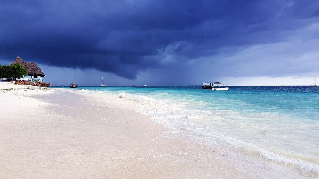 Пасмурное небо над пляжем Нунгви на Занзибаре